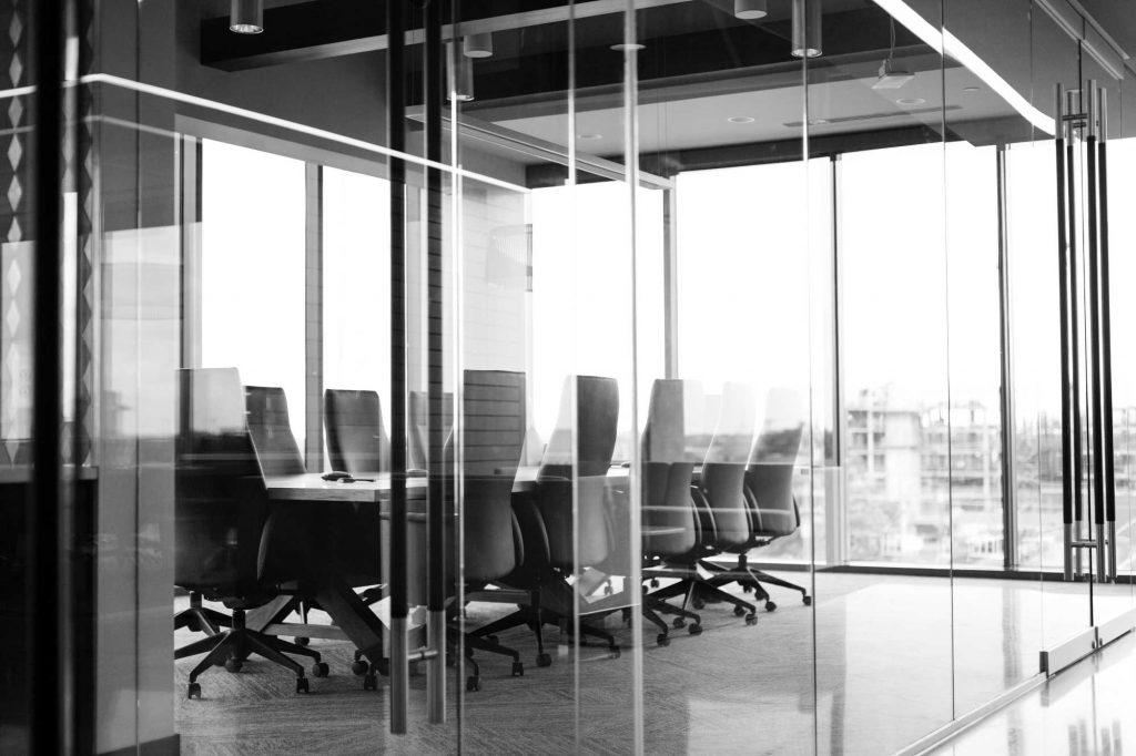 Ledelse: Bestyrelse og direktion indkaldes til generalforsamling.